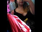 3 - hermosa chica del metro en zaptillas exhibiendo super escote