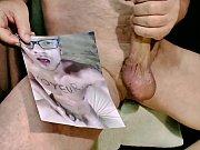 wichsender Kerl bekommt zwei Ladungen Sperma ins Gesicht und auf den Schwanz by Kater xxx