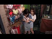 仕事中にたわわなおっぱいを執拗に揉んでくる女性客に感じさせられ、店内でこっそり何度もイカされてしまうランジェリーショップの巨乳店員
