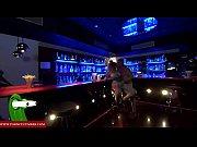 camarera de pub liberal se tira a un cliente despues de servirle un refresco GUI065