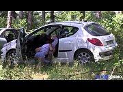 Leeloo baise un voyeur dans les bois pour son mari candauliste [Full Video]