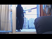 musulmane voil&eacute_e danse sur le balcon devant un grutier
