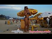 Flagra da s&oacute_sia da ex-panicat Juju Salimeni na praia de biqu&iacute_ni enfiado na bunda