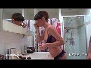 Sublime jeune brunette sodomisee dans la salle de bain par son coloc en rute