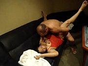 Elle le branle pendant qu il dort depucelage jeune fille