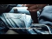 esposa batendo uma punheta em publico no carro.
