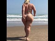 delicia de nalgotas en la playa