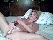 грудастая блондинка дрочит шелку в ванной