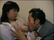 【人妻】プレイボーイのTシャツ!母乳しぼり動画です。