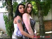 deux lesbiennes se font baiser et se gouinent.