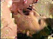 Salopesvideos com un couple baise sur la plage en maillot de bain femme nu sur une derby