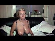 Geile Deutsche MILF hilft paar beim Sex mit einem Dreier