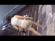 Una Madurita En Minifalda Saliendo Del Metro