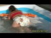 Bé_bé_ Kio fait de la mousse dans la piscine CLIP