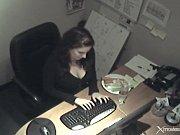 secretaria se mansturba con zanaoria y la capta.