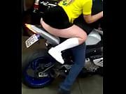 Loira andando de moto com saia curta