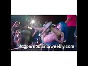 Mujer se moja mientras baila