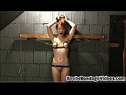 Bouteille de jeune fille nue embarrasse pris nu