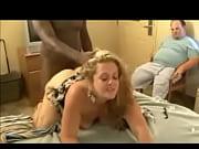 Maman gros seins fait le ménage nue sous son tablier escort gitl hungary