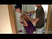 Er erwischt seine Stief-Schwester im Bad und fickt sie durch
