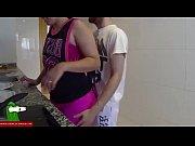 sexo en la cocina el no le deja que prepare la cena porque quiere el postre de su coño directamente