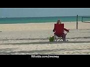 Fille sexy en maillot mature au soleil