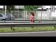 femme nue sur le bor de la route.