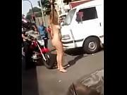mulher drogada nua em frente a motel rio.