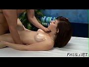 сексуальная брюнетка мастурбирует рукой