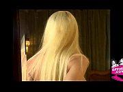 Deux chaudes lesbiennes lécher immersion dans des portes