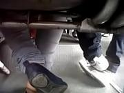 pies de mexicana en el camion