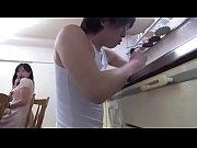 水道の修理にきた若い業者さんをTバックのデカ尻で誘惑しキッチンで性欲を爆発させる人妻