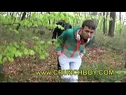 Salope au boulot nue dans les bois