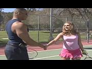 Alla giovane allieva le piace giocare a tennis ma non sa che l'_istruttore ha un gran bel cazzo nero
