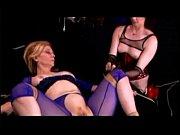 Photo de femme ronde nue qui pisse femme nu se touche sur son lit
