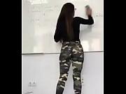 voyeurismo  voyeurism Profesora mexicana culona borrando el pizarr&oacute_n con leggins de camuflage
