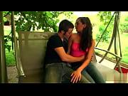 Femme faisant divise baise femme avec une chemise dos nu