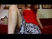giovane ragazza si finge con una gamba amputata.