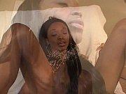голая девушка с большой грудью на природе