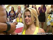 La blonde regarder comme les filles jouent dans le dur