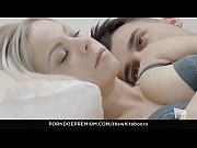 Adolescent nu de la guitare ombre couple baiser noir et blanc