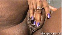 Тинка с фиолетовыми волосами дрочит пальцем
