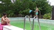 Mi novio me mira tomando el sol mientras el chico de mantenimiento limpia nuestra piscina. Mi novio le paga un dineral así que además de limpiarme la piscina me enseña el culo