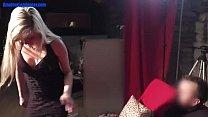 Шатенка танцует легкий эротический танец