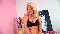 Over 50 mom probes herself with a big dildo Vorschaubild
