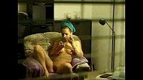 Hermosa desnuda frente a la ventana con persianas abiertas