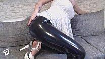 Две сексуальные телочки с большими сиськами трахают одного парня