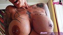 Deutsche reife Frau mit Tattoos bläst so gut mit Erfahrung bis das Lusttropfen kommen Vorschaubild