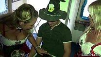 Kleiner Junger Bubi darf mit 2 MILFs auf Party ficken Vorschaubild