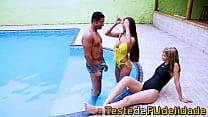 Transa na borda da piscina no Brasil
